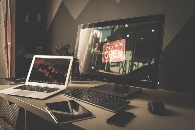 cara menyalakan laptop yang benar